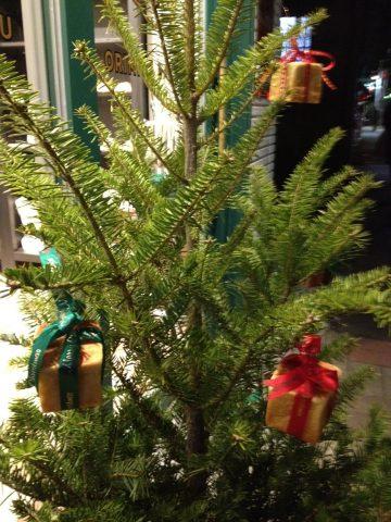 新大橋店にクリスマスツリー